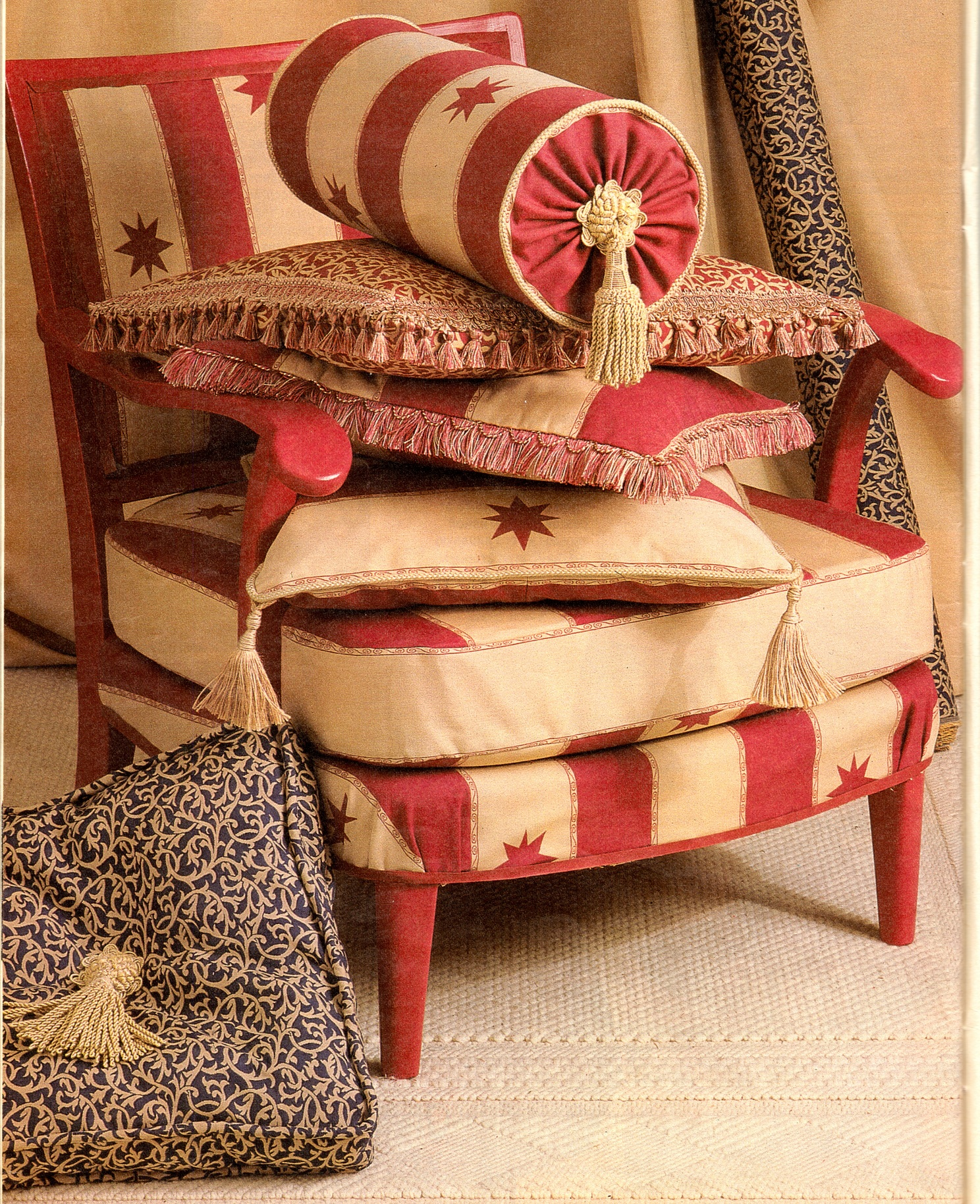 Кисти на декоративных подушках