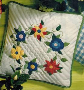 Декоративная подушка с апплткацией